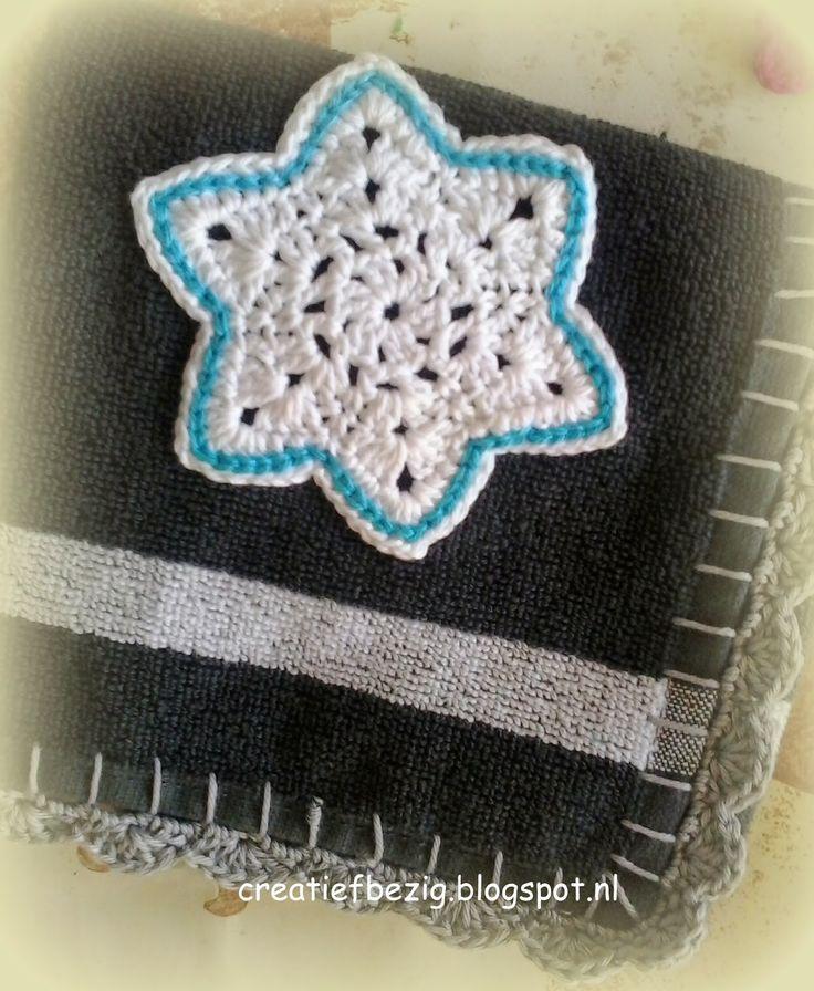Handdoek met gehaakte rand en sterapplicatie
