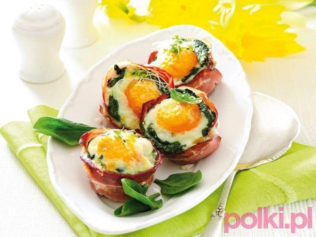 Przepis na jajka w boczku ze szpinakiem to idealna propozycja na wielkanocną przekąskę! Sprawdzi się też jako pomysł na smaczne śniadanie!