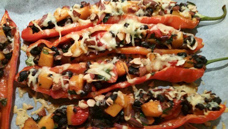 Deze gevulde paprika's met zwarte bonen, pompoen en geroosterde amandelen zien er mooi uit, smaken heerlijk en zijn makkelijk te maken. Lekker met rijst of spelt. Het recept stond een tijdje …