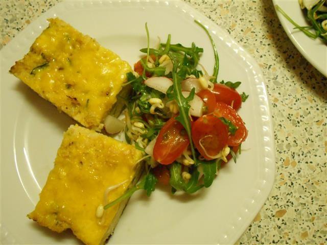 Gratinovaný květák s cuketou, kuskusem a šafranovým sýrem s lehkým salátem | yummyummy