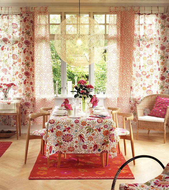 日本人にとって不思議なくらい「しっくりくる」北欧テイストのインテリア。そして、家具や照明と違い、すぐに生活に取り入れられるのはカーテンです。気になる北欧ファブリックのカーテンと、インテリアの実例を集めてみました。