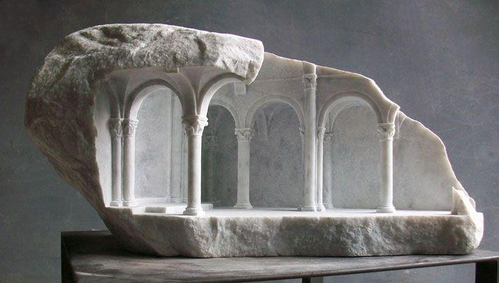 El escultor Matthew Simmonds, especializado en el periodo medieval, esculpe sobre mármol formas arquitectónicas a pequeña escala.