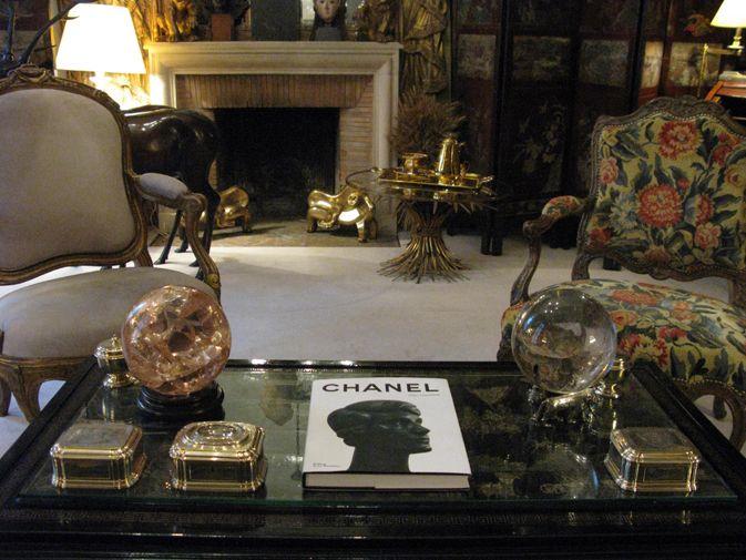 ミシアはパリの芸術家の輪の中心であり、その立場は、当時、世界で最も高い人気を誇っていたバレエ リュス(ロシア バレエ団)のディレクター、セルゲイ ディアギレフとの深い友情によって、より堅固なものになった。ガブリエル シャネ