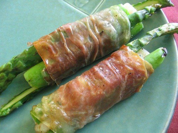 Gli involtini di asparagi e pancetta con asiago al forno