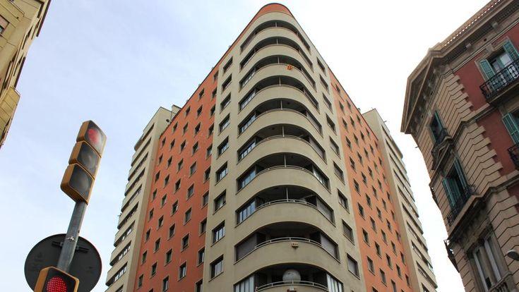 Un edificio en forma de transatlántico se erige en la esquina de Junqueras con Trafalgar, en uno de los vértices de la plaza Urquinaona. Es un inmueble muy conocido por los barceloneses porque en él...