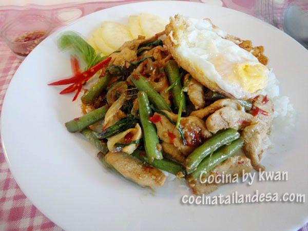 Kra pao gai-kai dao (Salteado de pollo con albahaca y huevo frito)