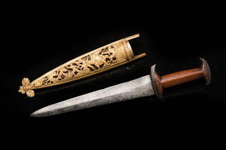 """Кинжал швейцарский """"Гольбейн"""" (Holbein dolch) в ножнах. Западная Европа, Швейцария. 1560-1580 гг. Сталь, латунь, дерево, железо, ковка, литье, резьба, позолота, полировка, таушировка латунью. Длина общая  37,4 см; длина клинка  25,3 см; ширина клинка 4,1 см; длина ножен  28 см."""