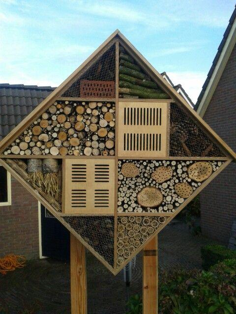Insectenhotel 1 meter x 1 meter. Met vlinder- en lieverheersbeestjeskastje.