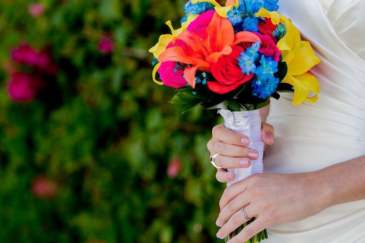 Using a hint of blue flowers with this fusca and yellow bridal bouquet gives this bride an extra pop of wow! #lizmooreweddings #lizmooreweddingsmexico #lizmoorweddingsbrides #lizmooreweddingsflowers