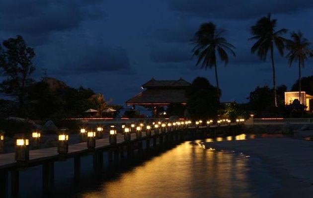 Jembatan menuju pulau batu di pantai private romantis, pantai parai tenggiri - bangka belitung