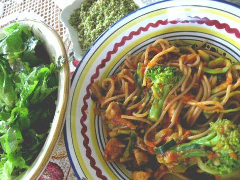 Doris' Sommermittagessen bestand außer aus Salat auch noch aus Pasta mit Tomatensoße und Brokkoliröschen. Darübergestreut: Mandel-Kräuter-Parmesan.