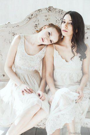 Подружки невесты в бежевых нарядах