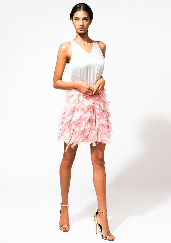 Falda de plumas y blusa con escote de pico.