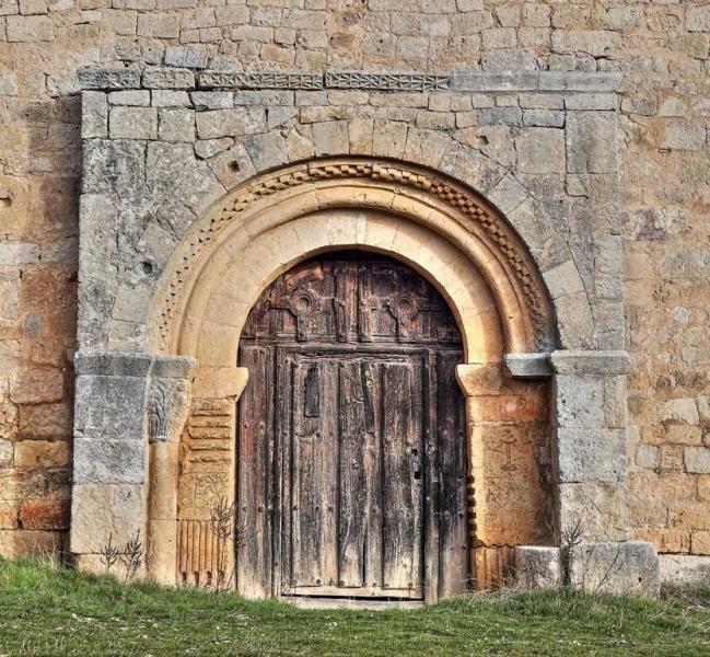 Portada románica, ermita del Santo Cristo - Coruña del Conde, provincia de Burgos