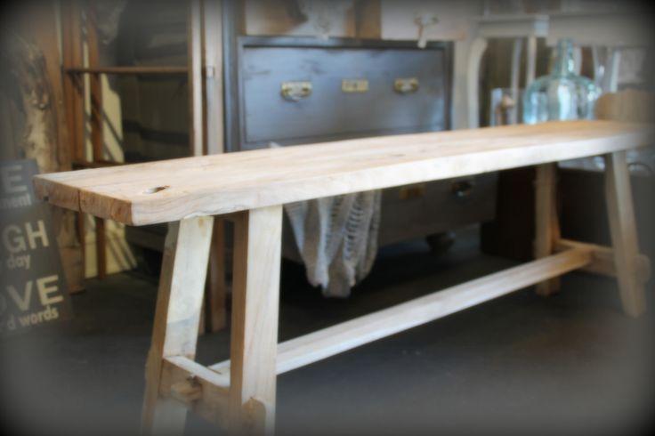 Zoveel mogelijkheden met zo'n mooi houten bankje! Onbehandeld teakhout met een robuust uiterlijk. Te gebruiken als bankje voor bij de eettafel of gewoon als een gezellig meubelstuk aan de wand om een plaid of kussens ermee te decoreren.