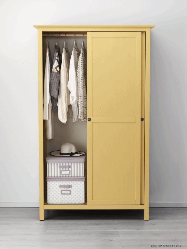 Dacă vrei să folosești cât mai bine spațiul din dulap, agață hainele lungi și depozitează-le pe cele împăturite.