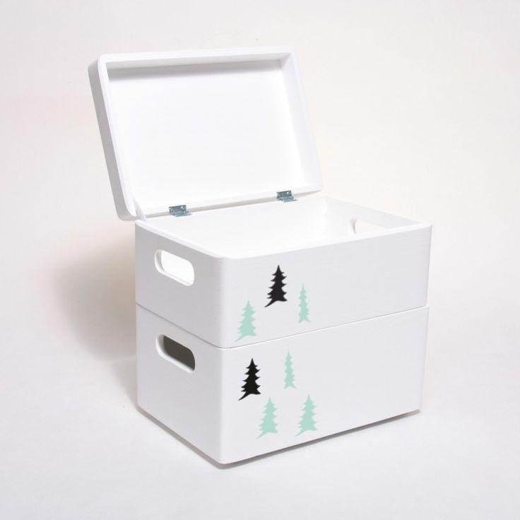 Pojemnik do pokoju dziecięcego pomalowany na biało i udekorowany motywem lasu , w stylu skandynawskim. Pudełko na zabawki, klocki, drobiazgi.