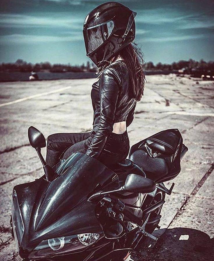Девушка в шлеме картинка