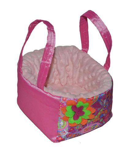 Bambineto sigoto rosa flor naranja con verde Medidas: Alto 14.5 cm Ancho 16.5 cm Largo 16 cm Peso 100 gr Material: relleno y forro 100% poliester. Accesorio...