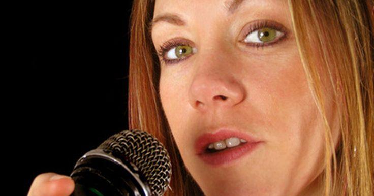 Cómo crear un karaoke con PowerPoint. Un karaoke, la práctica de un cantante aficionado junto con música grabada, por lo general incluye letras que se muestran con texto animado o que cambia de colores para guiar al cantante. Utilizando PowerPoint, puedes crear una presentación que incorpore la música y el texto para usarla en fiestas o en clases instruccionales. Mediante la creación ...