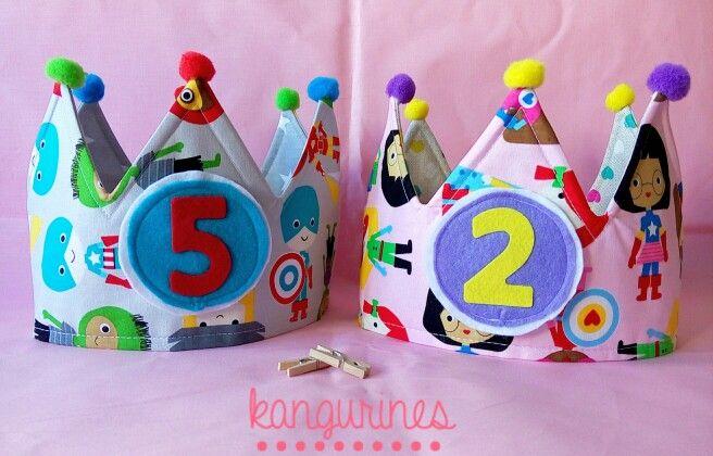 Venga, vale, que os enseño el contenido de los paquetitos de esta mañana...  Redoble de tambores y tachaaaaaan!!  Coronas de cumpleaños para superhermanos. Héroes y Heroínas!! Molan, verdad??  En otro ratito os muestro las otras caras de las coronas...    http://kangurines.com/catalogo/coronas-de-cumpleanos/   #kangurines #coronacumpleaños #coronapersonalizada #coronadecumpleaños #corona #cumpleaños #handmade #hechoamamo #crown #birthdaycrown #fiestadecumpleaños #birthdayparty…