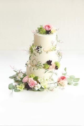 ケーキデザイン65 生花が可愛い!薔薇と蔦で華やかなガーデンフラワーウエディングケーキ