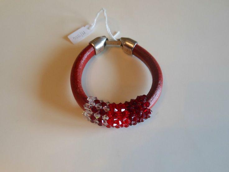 Bracciale cuoio rosso e cristalli swarovski 4 mm. intrecciati a sfumare, by Penso a me, 12,00 € su misshobby.com
