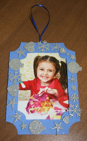 Christmas picture ornament craft-- I think this is a great project to do every year at Christmas time.  It's always fun to be able to look back at pictures throughout the years while your being festive and putting out decorations.