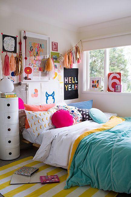 Ich kann nicht sagen, ob ein sehr farbenfrohes Schlafzimmer das Aufstehen erleichtert. . . oder noch schwieriger, denn wer würde diesen glücklichen Ort verlassen wollen?