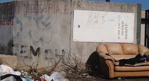 Le Prostitute tra le immondizie alla luce del sole: ecco il listino prezzi Nel bel mezzo dell'Ardeatina, la strada che congiunge Roma con Ardea, c'è un divano con sopra un cartello. Per leggere cosa c'è scritto occorre fermarsi con la macchina perché in movimento non è semp #prostitute #prezzi