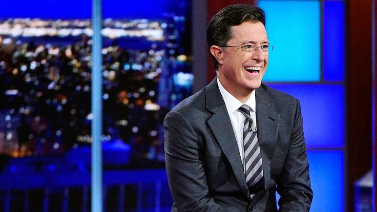 今年のエミー賞司会にはコメディアンのスティーブン・コルベアが務めることが発表された。コルベアは皮肉と笑いに満ちたコメディを繰り広げ、レイト・ショー、デイリー・ショー、コルベア・レポーの司会者として知られる。記事の最後には06年のブッシュ大統領の晩餐会で見せた彼の渾身のコメディの動画を紹介。 #ニュース #エンタメ #エミー賞 #EmmyAwards #Colbert
