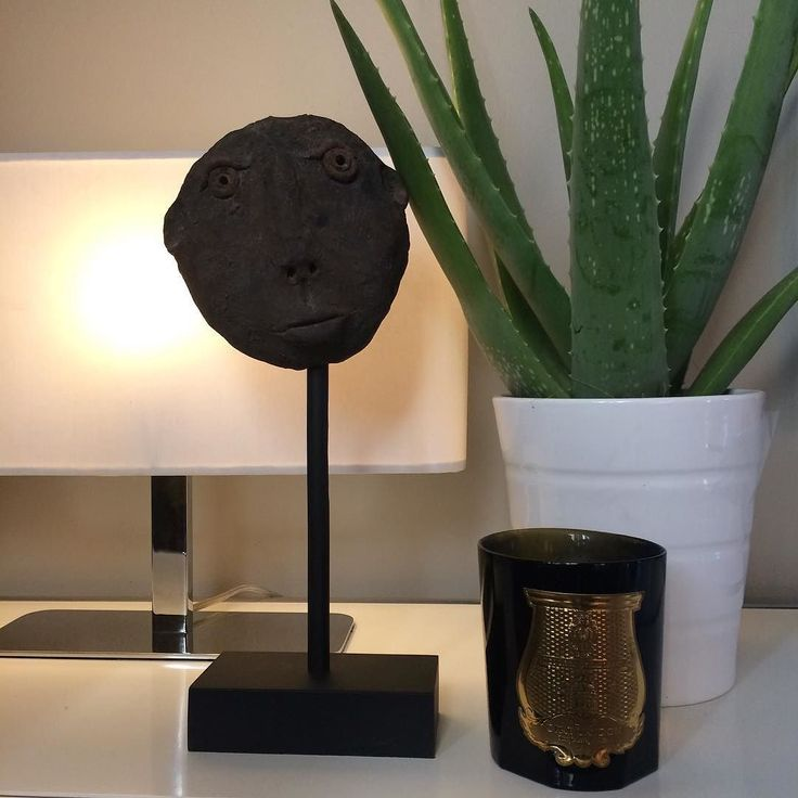 Détail Salon #paris17 #lighting #light #aloevera #tete #sculpture #head #bougie #trudon #usm #usmhaller #white #grey #farrowandball #blackened #homedesign #homestaging #homestyling #propertystyling #samsoninteriors by ______________gwensamson http://discoverdmci.com