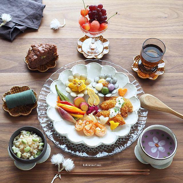 ❁.*⋆✧°.*⋆✧❁ Today's lunch. ・ 今日の寄せて集めてお昼ごはん。 ・ 酢の物以外の作り置きおかずは 本日 食べ切りです ୧⍢⃝୨ ・ お品書き(作り置きおかず+追加分★) 1.サーモンフライ 2.えびと玉葱のマヨ炒め 3.だし巻き卵★ 4.コリンキーのナムルおかか和え 5.さつま芋のレモン煮 6.人参と大根のグラッセ 7.パプリカとオクラのマリネ 8.紫キャベツのマリネ 9.みょうがの甘酢漬け 10.枝豆ごはん(ごま油・醤油・鰹節・ごま)★ 11.紫芋のポタージュ★ 12.チョコバナナ蒸しパン★ 13.豆腐の彩り白玉団子とすももジャム 14.くだもの(すいか・さくらんぼ・ぶどう)★ 15.ほうじ茶 ・ 2.5.6.8.9.13の白玉団子は 著書「のほほん曲げわっぱ弁当」にレシピ掲載しています。 ----------------------- Amebaブログ・LINEブログ更新しました➰✍️。 宜しければプロフィールのリンクからどうぞ--✈︎ ・ 今日もお疲れ様でした◡̈ ・ #こころのたねゴハン ❁.*⋆✧°.*⋆✧°.*⋆✧°❁