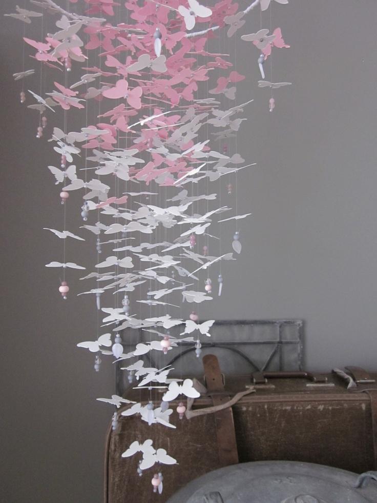 Vlinder mobiel van papieren vlinders in lichtgrijs en roze versierd met glazen kralen --- Voor op de babykamer of als leuk kraamcadeau. €39,95, via Etsy.