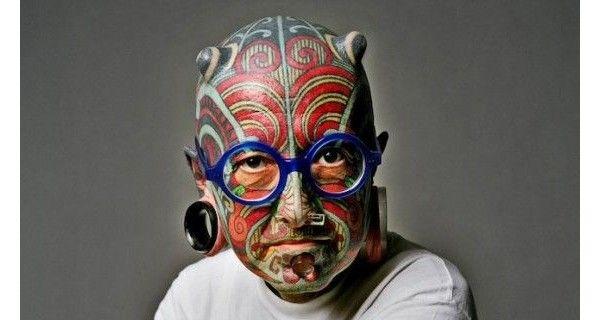 Etienne Dumont - Ele tem implantes de silicone sob a pele que dão a aparência de chifres, 2,7 polegadas anéis em cada orelha e piercings plexiglass através do nariz e sob o lábio inferior. a melhor parte tem que ser o óculos de aros azuis, porém, um complemento perfeito para um look incrível.