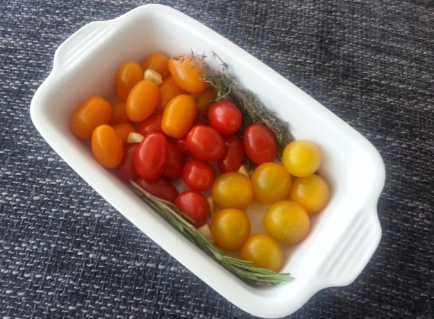 Geroosterde tomatensaus.  Zelf aangevuld met een paprika, ui en courgette. Even kijken of ik de tomaten wil ontvellen, of dat ik die door de saus pureer...
