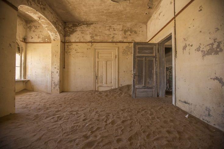 Uma vila de mineração em Kolmanskop, Namíbia, onde os limites entre fora e dentro desapareceram. | 18 belas fotos de abandonados e mal assombrados pelo mundo