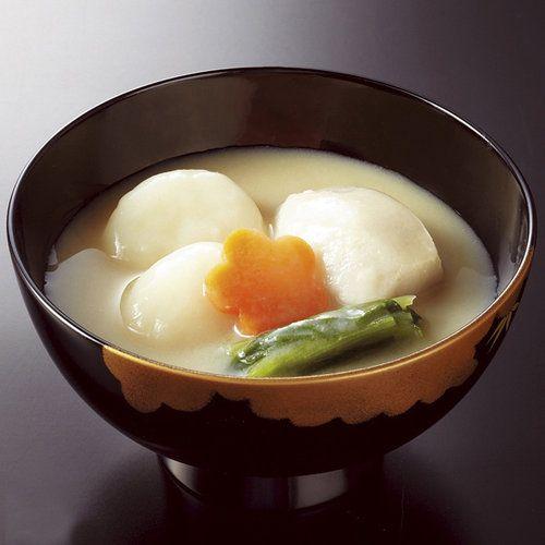 利尻産昆布だしをベースに白味噌で仕立て、丸餅や海老芋を入れた関西風お雑煮です。