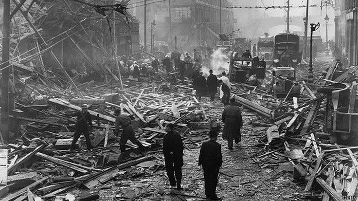 Разрушения на лондонской Фаррингдон Роуд после взрыва Фау-2, 1945 год  - ФАУ-2, «V2» (от немецкого слова «Ergeltungswaffee» - «оружие возмездия») - первое боевое применение состоялось 8 сентября 1944 года.