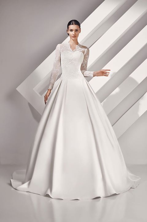 Vestido de novia ASHLEY de mikado y encaje rebrodé en color marfil. modanovias