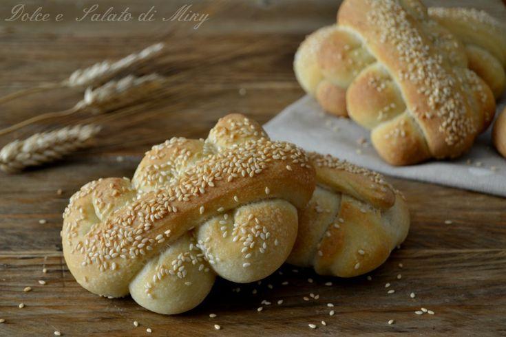 Pane mafalda, ricetta siciliana, pane sofficissimo con crosticina dorata e croccante ricoperto di semi di sesamo, ideale per le panelle.