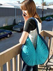 Ravelry: Crescent Bag pattern by Kim Guzman.. Free pattern!