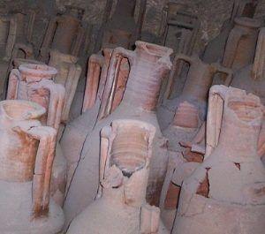 vinjournalen.se -   : Italiens vinhistoria förändras drastiskt |  Ett team av arkeologer från University of South Florida gjorde nyligen en fantastisk upptäckt i Monte Kronio i Agrigento utanför Siciliens sydvästra kust. Man hittade gamla vinkrukor som man kan datera tillbaka ända till 4000 f Kr. Man antar därför att man redan då började med vinframställning i... https://www.vinjournalen.se/nyheter/2017/09/01/italiens-vinhistoria-forandras-drastiskt/