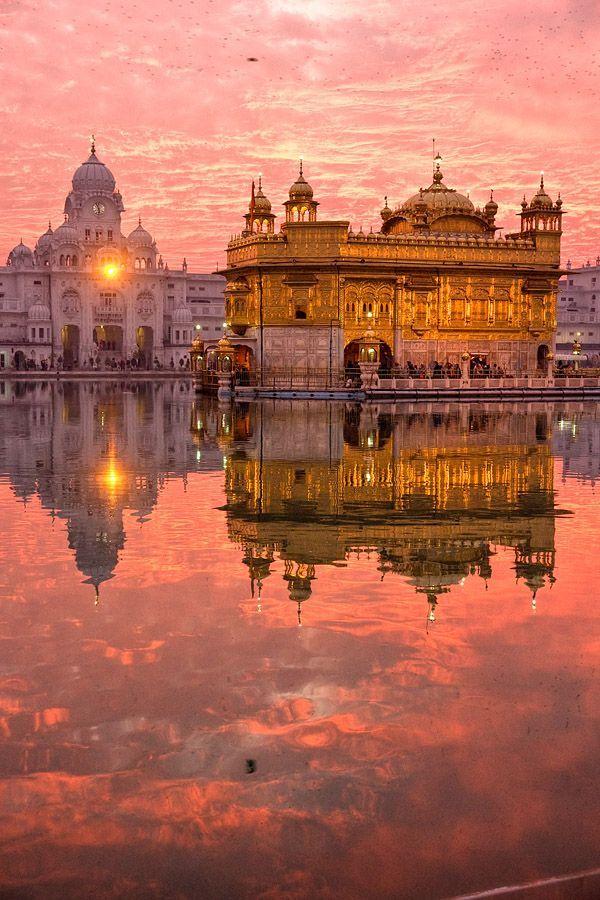El Templo Dorado de Amritsar, una joya en la India. El color dorado del edificio se refleja con el sol