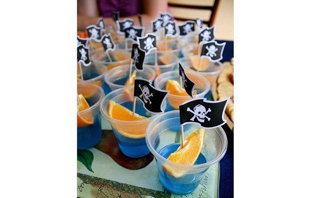 Novamente, a gelatina azul se transforma em um mar de mentirinha: os navios piratas são fatias de laranja com as bandeirinhas divertidas. Foto: Pinterest/ Fun Food
