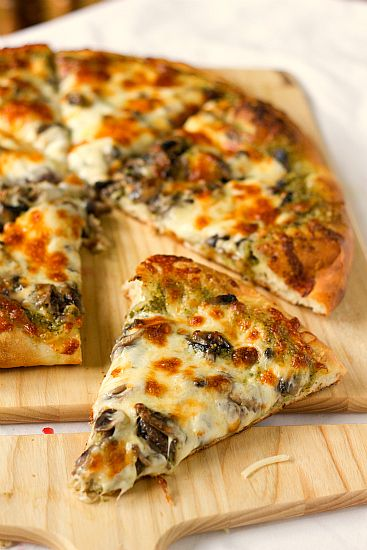 """Portabello and Pesto Pizza.  I'm not a huge fan of red pizza sauce, and prefer light sauce when I do order out.  But using pesto instead of red sauce opens up a whole 'nuther world of nommy goodness for pizza!  The blogger left off the olives, but I say, """"bring 'em on!""""."""