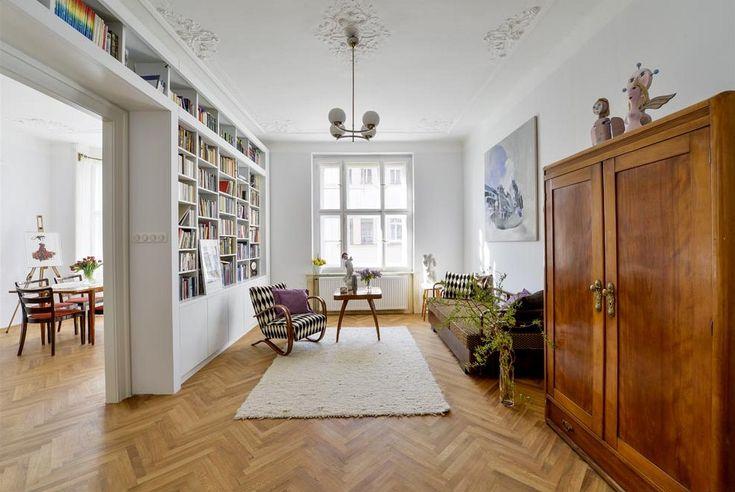 Průchod mezi jídelnou a obývacím pokojem byl rozšířený, zárubně jsou vyrobené přesně podle původních. Knihovna (design Pavla Kosová) je zhotovená na míru danému prostoru tak, aby na sebe nestrhávala pozornost, která v této místnosti patří retro nábytku a obrazu Lucie Skřivánkové.