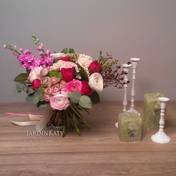 Букет с ранункулюсами, кустовыми розами и матиолой.