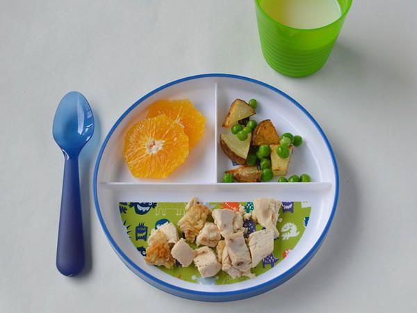 Pollo, papas, chícharos y naranja