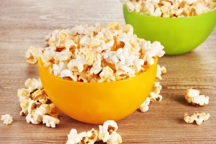 Palomitas de maíz: <p>Escoge unas palomitas naturales y con un bajo contenido en sodio, tienen muy pocas calorías y mucha fibra. ¡Son más saludables de lo que imaginas!</p>
